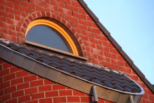Мансардные окна на фото смотрятся необычно, если к их основной форме добавлены округлые или треугольные надставки